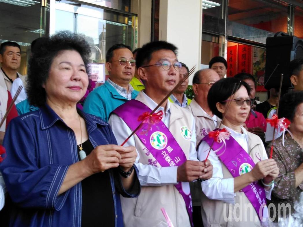 總統府秘書長陳菊(左一)今天到高雄為民進黨立委參選人許智傑(左二)打氣。記者楊濡...