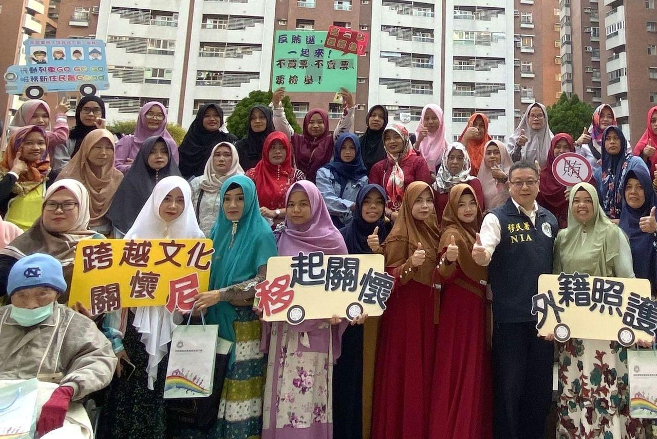 移民署在印尼聖紀節,趁機向在台印尼看護宣導反賄選。圖/移民署南區事務大隊提供