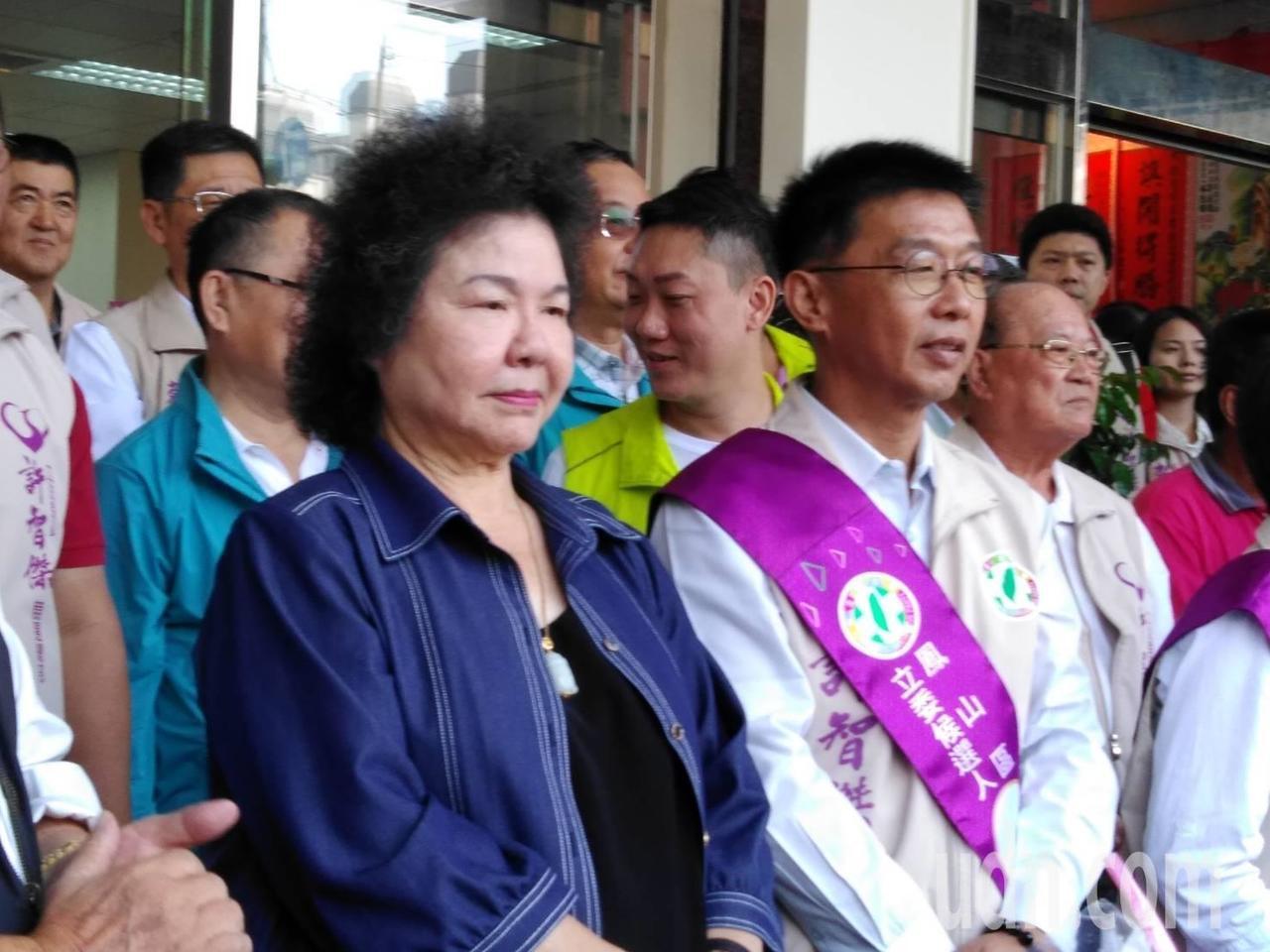 總統府秘書長陳菊(左一)表示不知道郭宋配消息,但對蔡團隊及台灣人民有信心,記者楊...