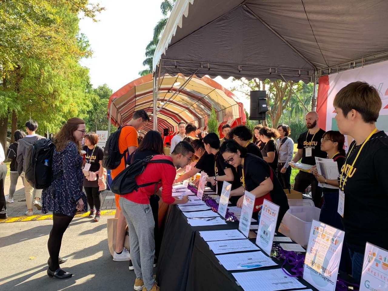台灣大學海外教育展已舉辦12年,今年首度移師戶外舉辦,鼓勵學生出國交流。圖/台灣...
