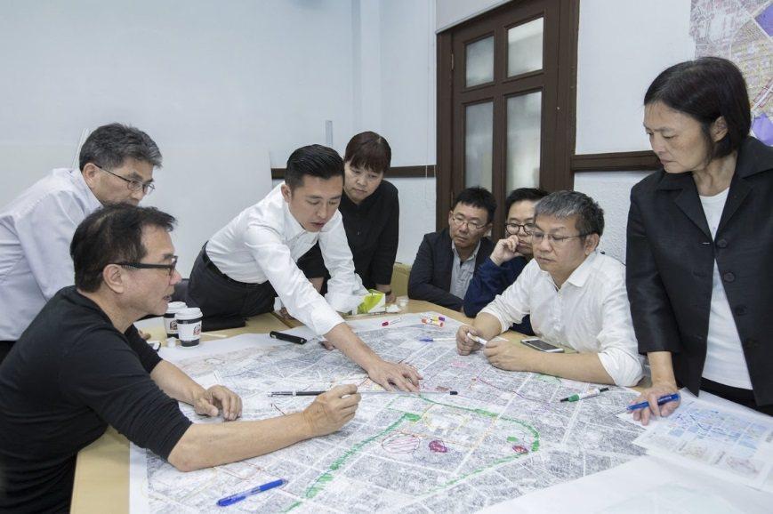 新竹市長林智堅(左三)獲選亞太區景觀建築傑出人物獎,圖為他主持重大建設會報,與景...