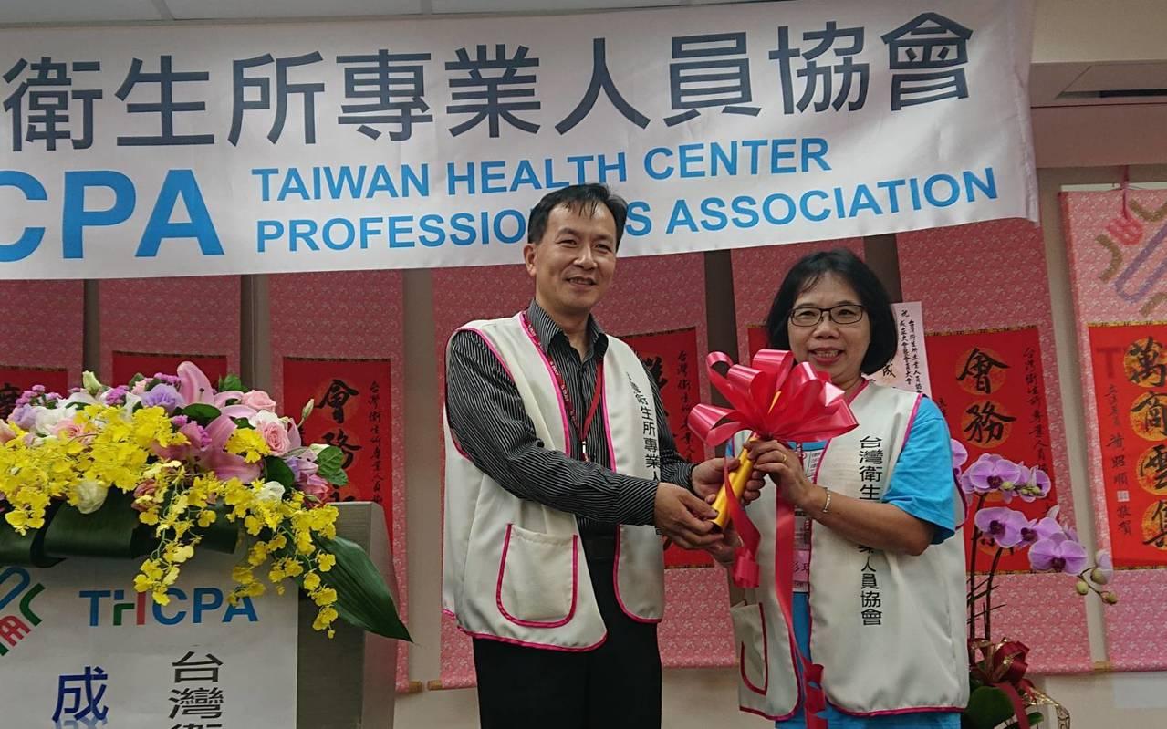 衛專會理事長徐春仕(左)表示,隨衛福部服務範圍變廣,衛生所業務已超過百項,幾乎被...