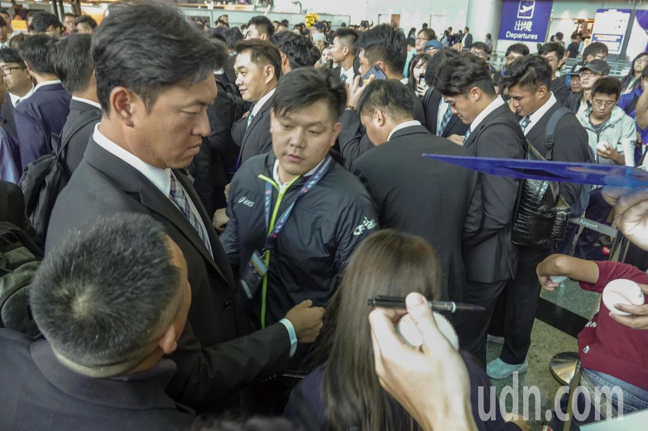 世界12強棒球錦標賽複賽將於日本舉行,中華隊下午從桃園機場出發,教練王建民為球迷...