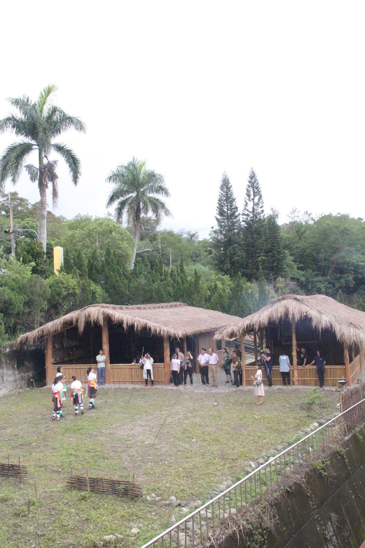 花蓮縣永豐國小獲得部落族人全力支持,在校內打造兩棟阿美族傳統屋,成為校園亮點。圖...