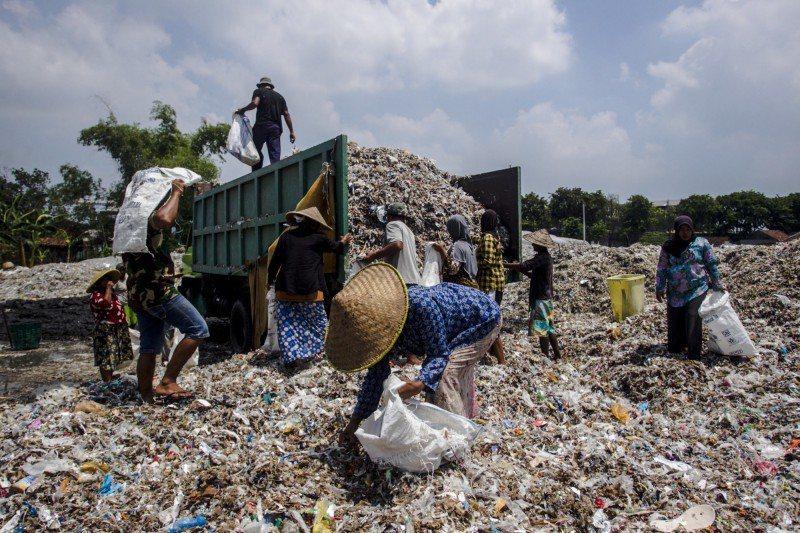 澳洲政府宣布,將從明年7月起逐步禁止出口可回收廢棄物。圖為印尼一處進口塑膠垃圾場...