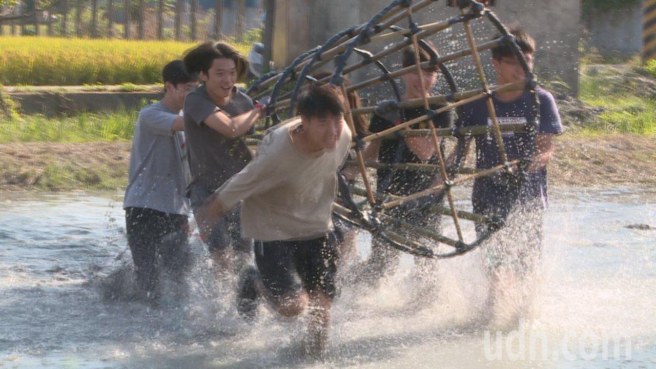 林內搶水節用古早的笱籠作水壩取水,讓民眾體驗飲水思源。記者蔡維斌/攝影