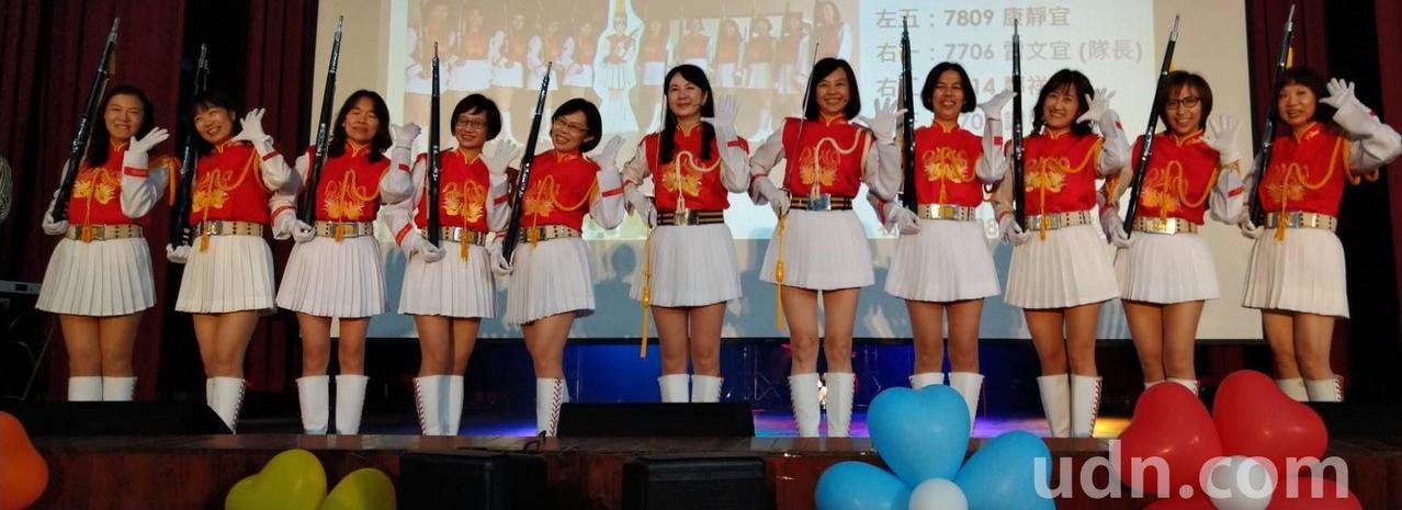 高雄女中首次舉辦「30重聚」,迎來畢業30、31年的校友回娘家,當年兩屆儀隊校友...