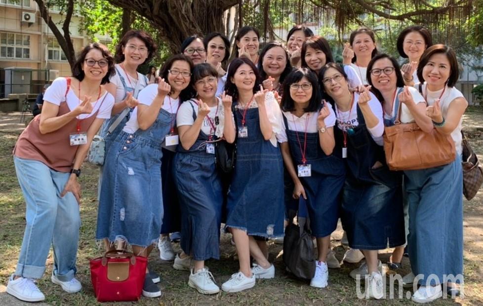 高雄女中首次舉辦「30重聚」,迎來畢業30、31年的校友回娘家,有同學特別相約穿...