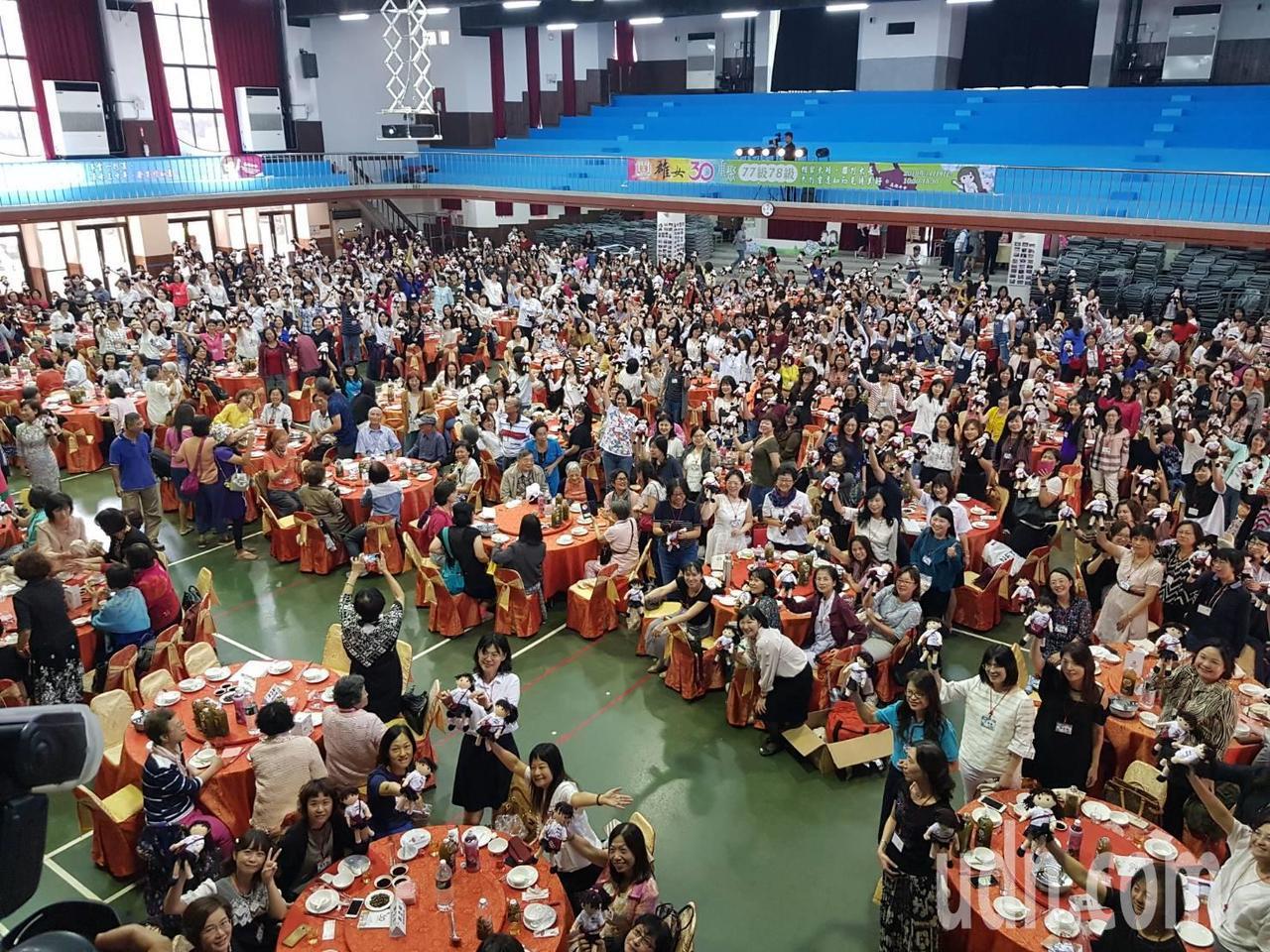 高雄女中首次舉辦「30重聚」,迎來畢業30、31年的校友回娘家,在學校活動中心席...