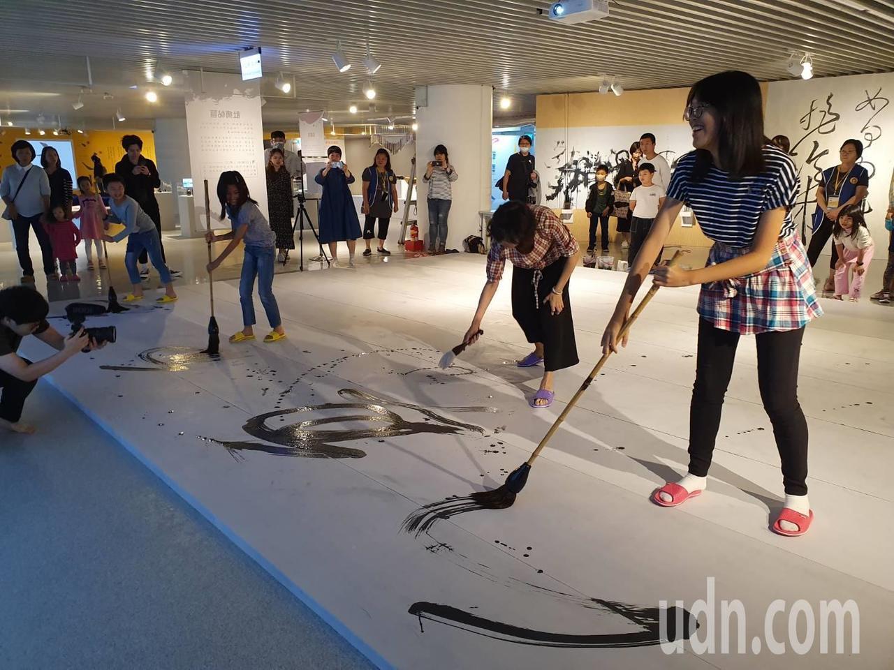 桃園市兒童美術館自8日起展出「玩筆弄墨—兒童書藝體驗展」,今日首次舉行由書藝家帶...