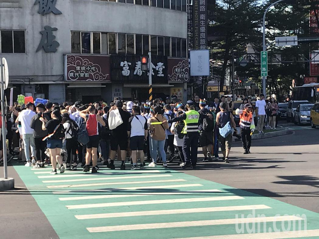台中同志大遊行今天下午在台中市火車站舊站熱情出發,大批警力站在路口協助交通動線順...