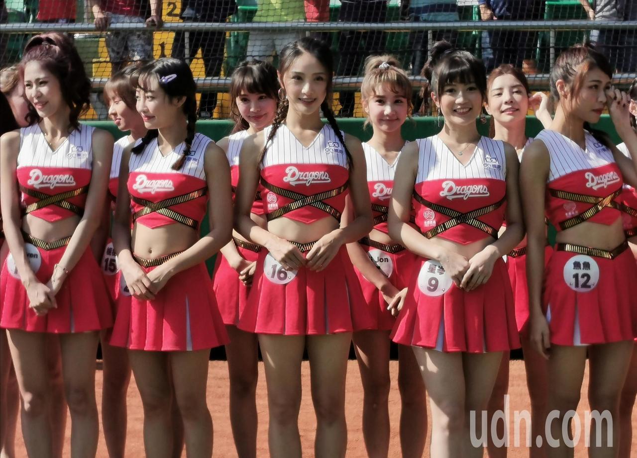美少女啦啦隊是現場最美焦點。記者卜敏正/攝影