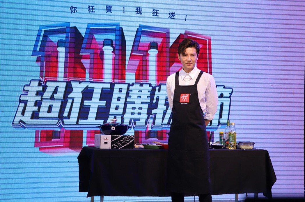 李國毅化身購物專家,momo雙11購物節大賣鍋子。圖/momo購物提供