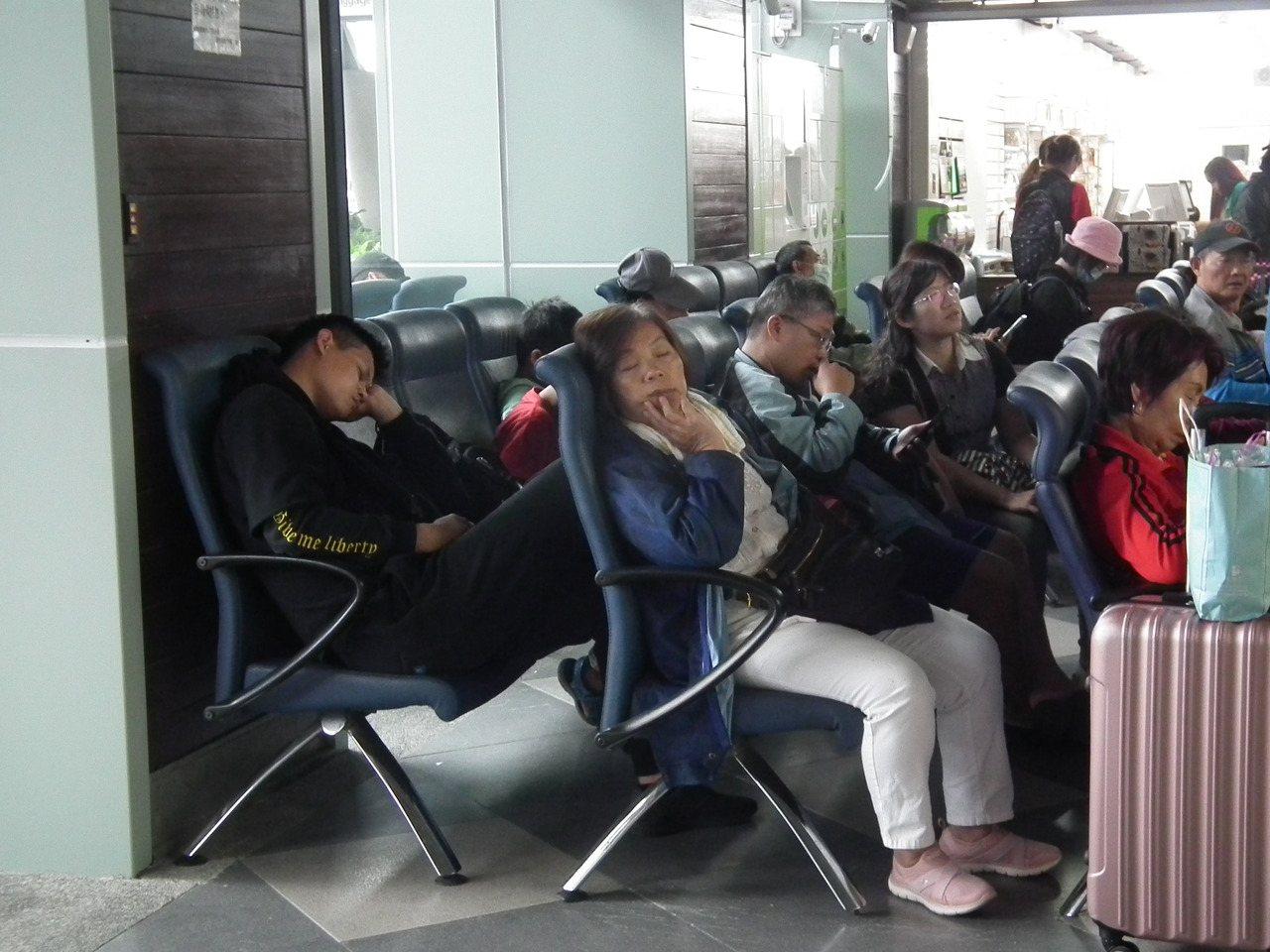 由於許多班次火車誤點,台東火車站大廳內休息區坐滿無奈的苦等旅客,有人趁漫長的等待...