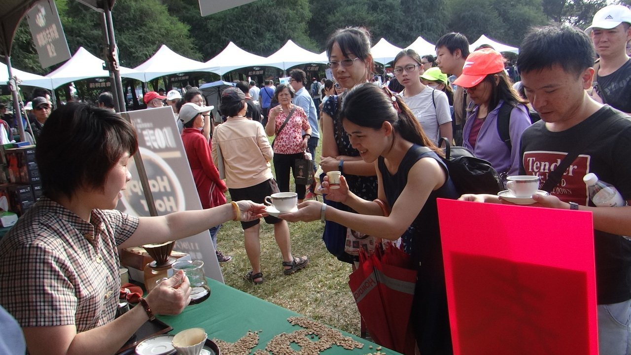 雲林縣台灣國際咖啡節今天登場,一開幕各試喝攤就大排長龍,等候品味上等好咖啡。記者...