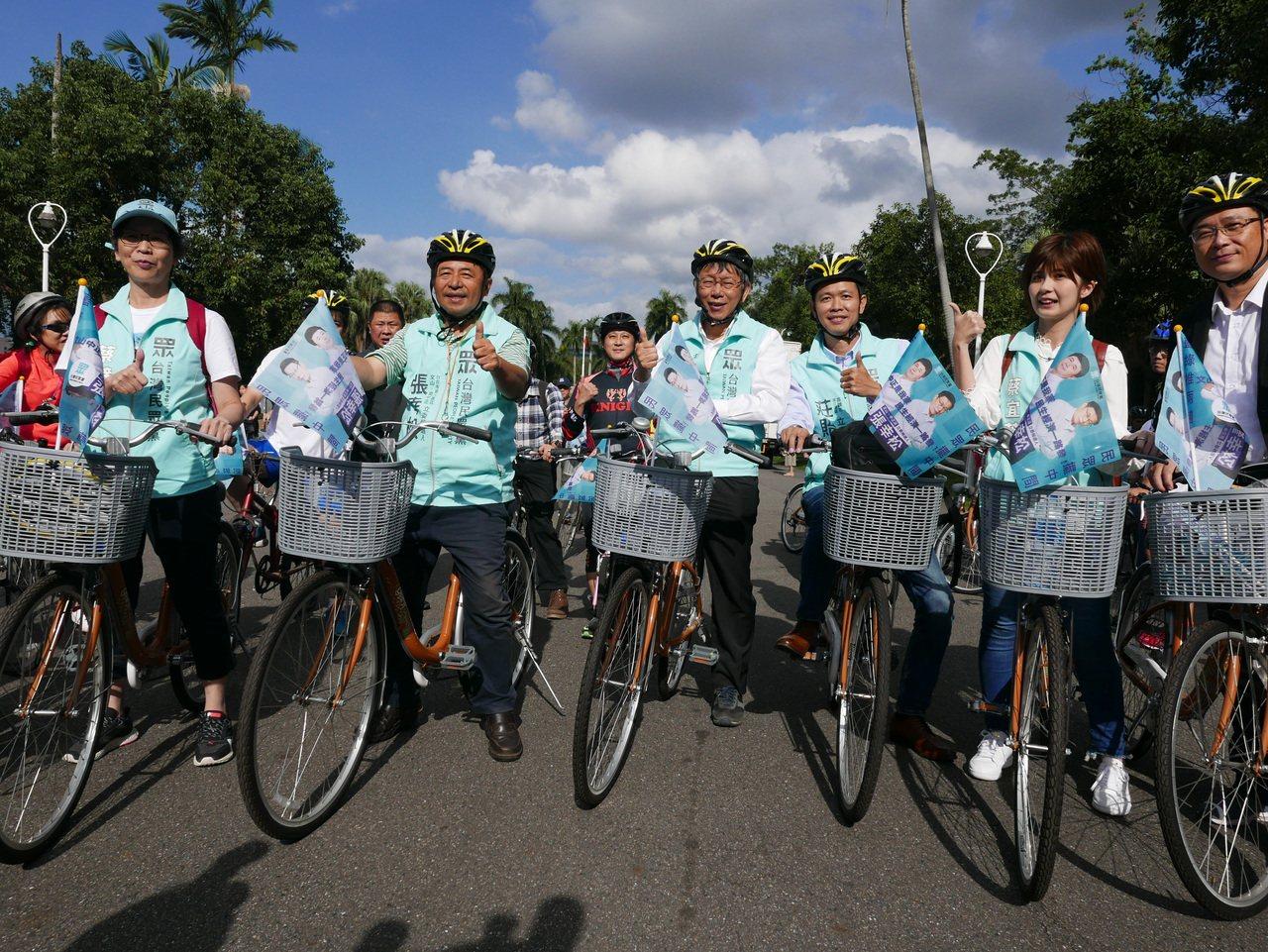 台北市長柯文哲與民眾黨立委參選人騎自行車遊行造勢。記者楊正海/攝影