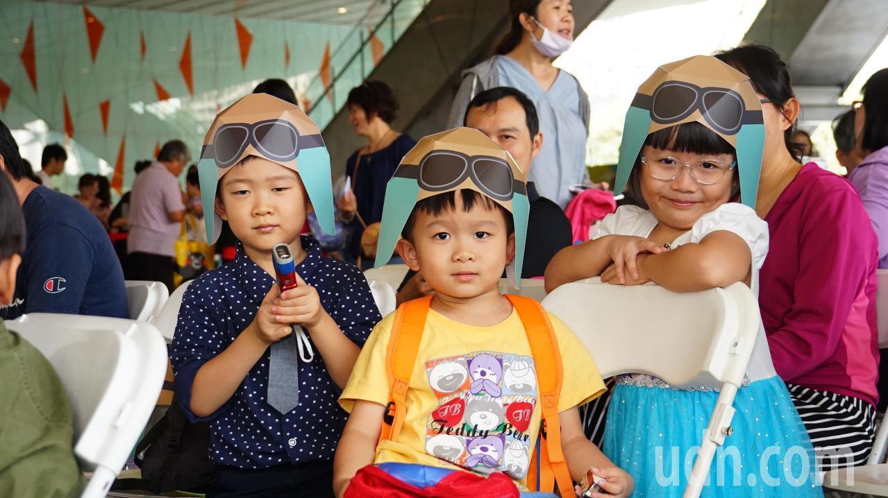 高雄市圖書總館舉辦「5歲就會飛」5周年生日慶,邀5位同年同月同日生的小壽星一同戴...