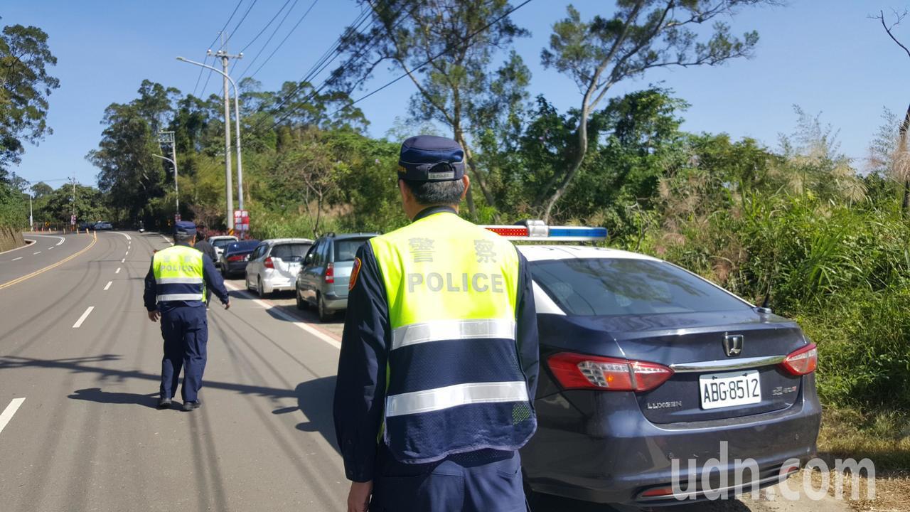台3線101公里三灣落羽松秘境入口前、後路段已畫設紅線禁止停車,警方今天上午接獲...