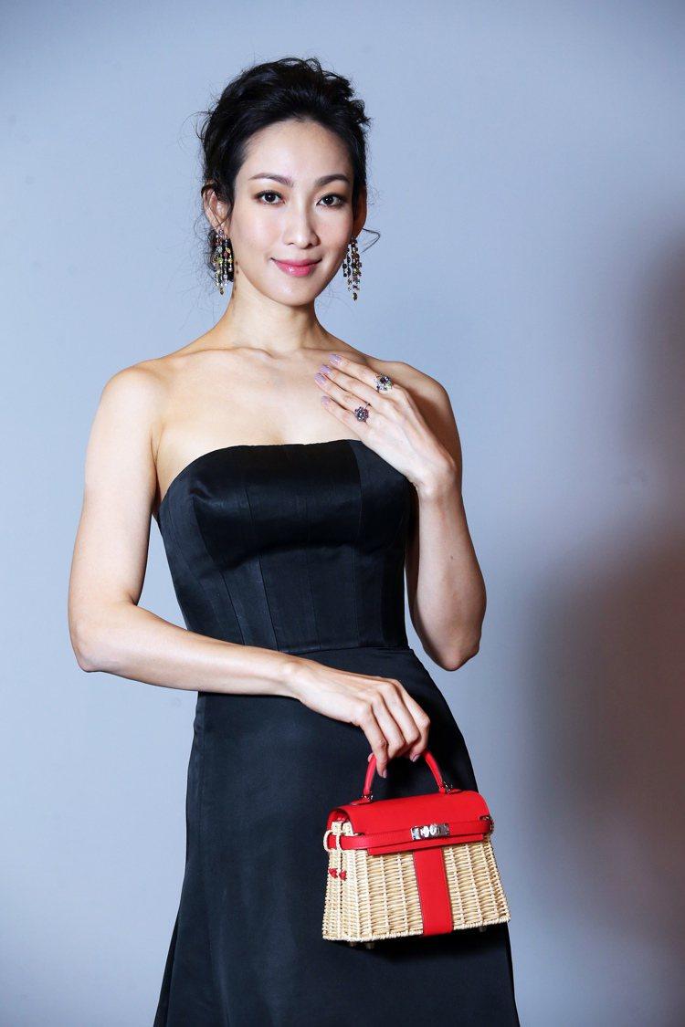 李曉涵對於彩鑽耳環、戒指套裝相當傾心,手上配戴估價達1億7千萬元台幣的3.24克...