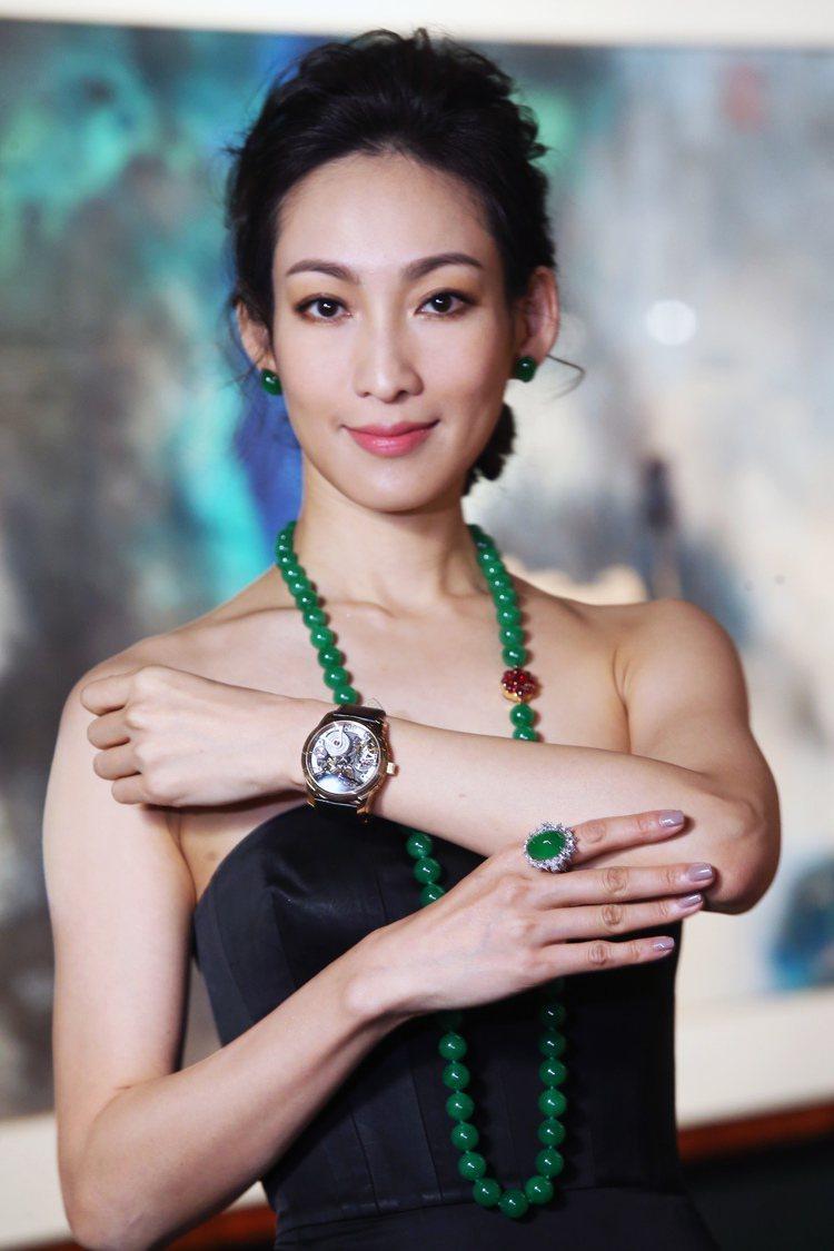李曉涵詮釋估價台幣2億1千6百萬元起的天作之合翡翠珠鍊,以及天然翡翠蛋面耳環、鑽...