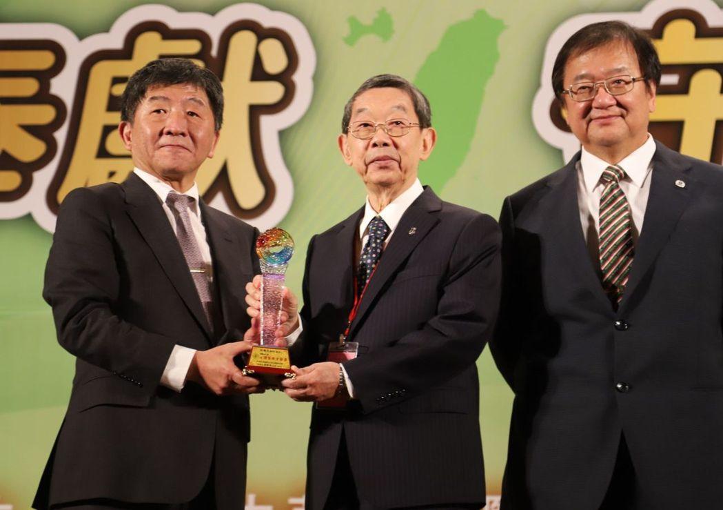 羅東博愛醫院董事長許國文(中)獲頒台灣醫療貢獻獎,今天以醫師身分出席,從衛福部長...