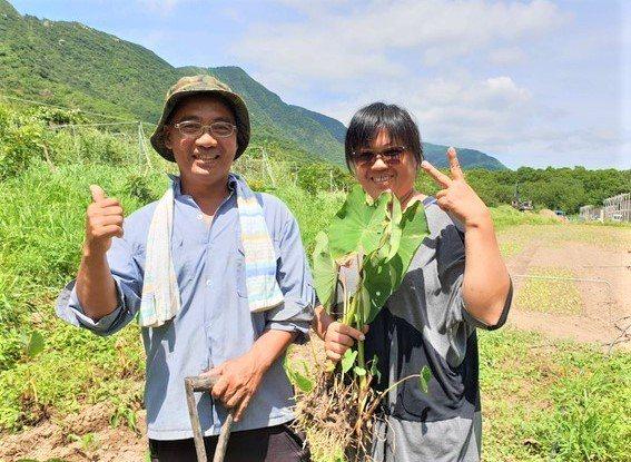 原是機械模型師傅的李金豐(左),10年前偕妻回從台中回屏東縣牡丹郷大梅老家投入有...