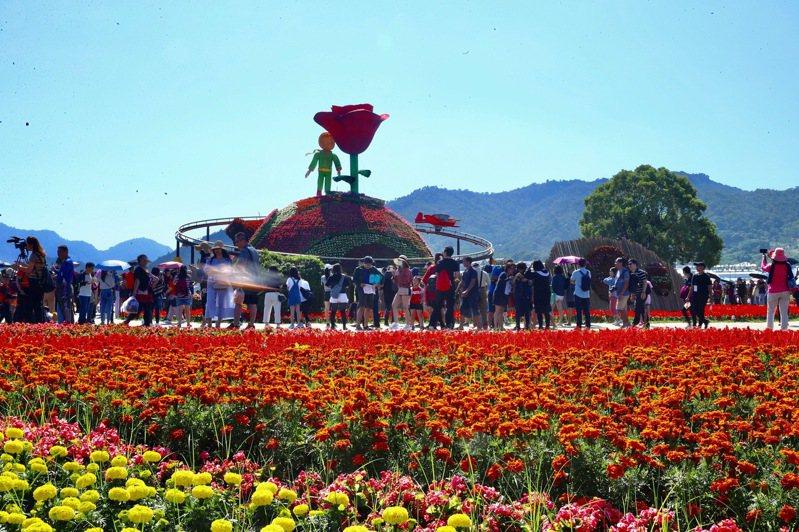 新社花海、國際花毯節今天開幕,台中市交通局推出4條免費的接駁公車,呼籲遊客多搭乘。圖/台中市新聞局提供