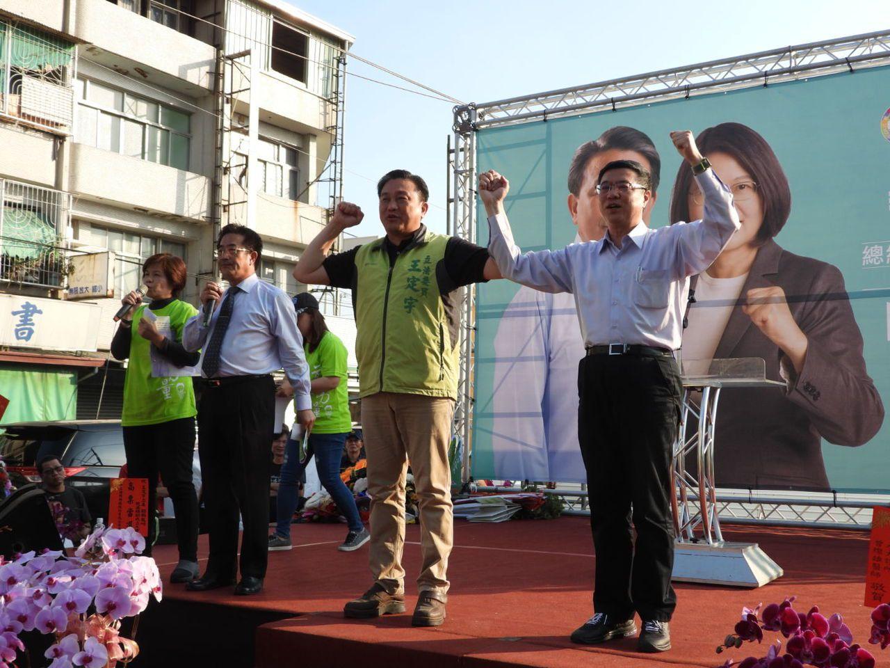 卓榮泰(右一)呼籲鄉親挺蔡英文、王定宇(右二)「雙殺」韓國瑜、洪秀柱。記者周宗禎...