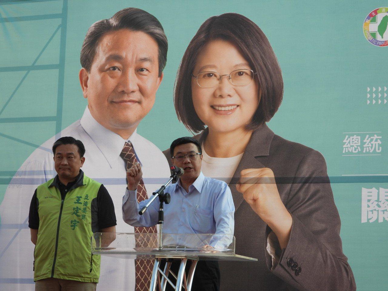 卓榮泰(右)呼籲鄉親挺蔡英文、王定宇「雙殺」韓國瑜、洪秀柱。記者周宗禎/攝影
