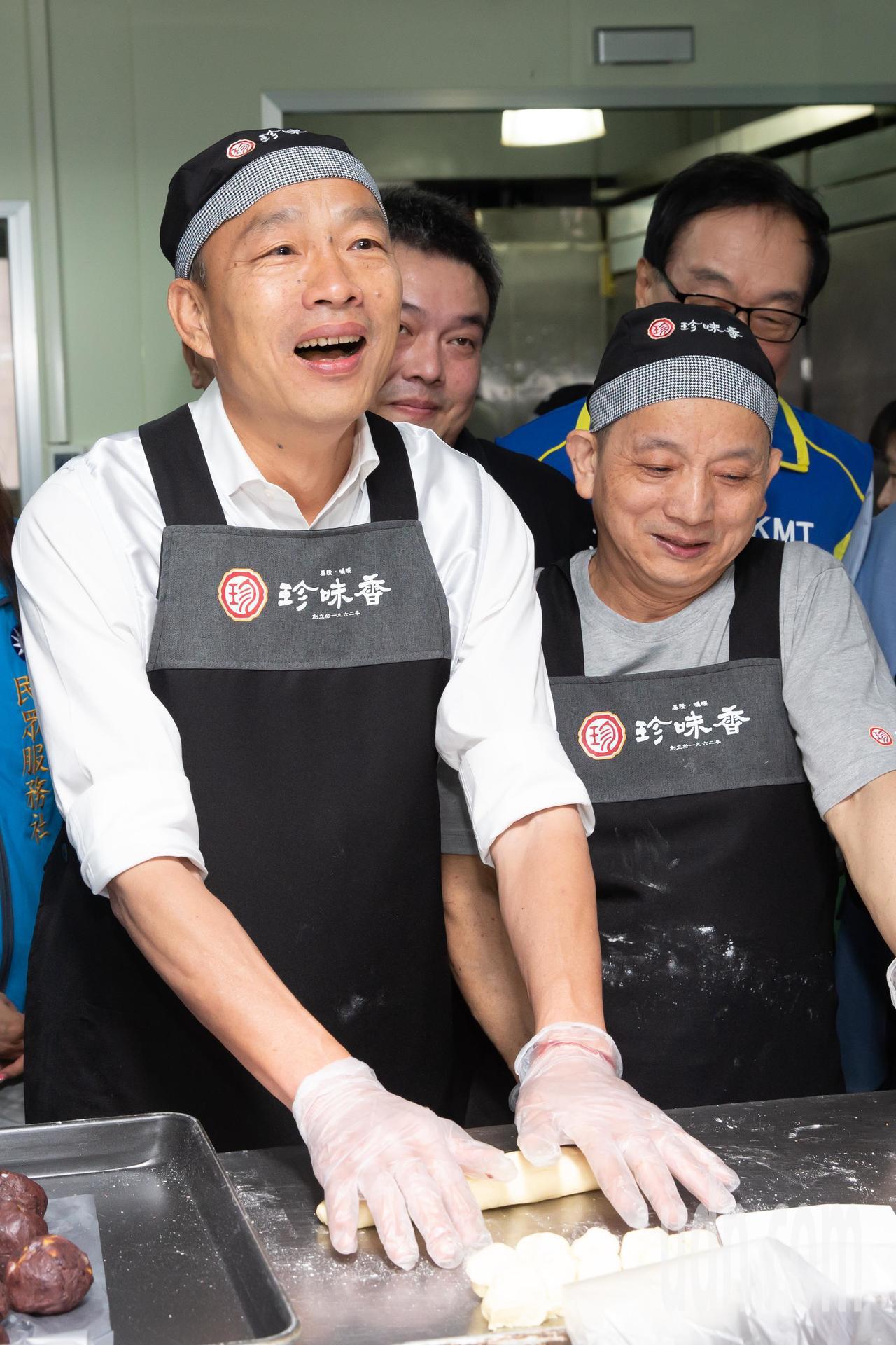 國民黨總統參選人韓國瑜今天前往基隆展開傾聽之旅,下午拜訪珍味香餅家。現場國民黨總...