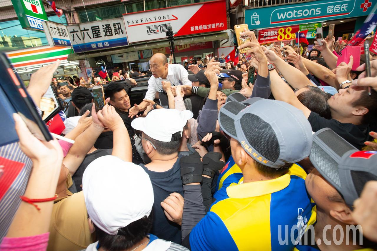 國民黨總統參選人韓國瑜今天前往基隆展開傾聽之旅,下午拜訪珍味香餅家。國民黨總統參...