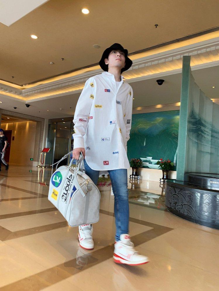 蕭敬騰的機場時尚造型以路易威登早秋男裝系列登場。圖/LV提供