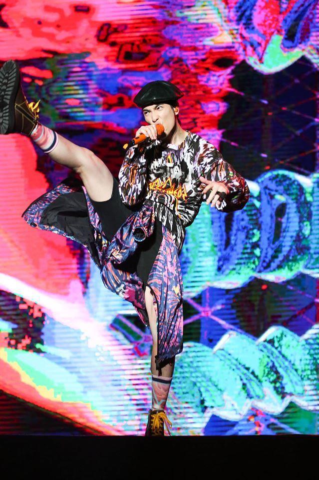 唱到激情處來個大抬腿,蕭敬騰身上的服裝是DSQUARED2。圖/取自臉書