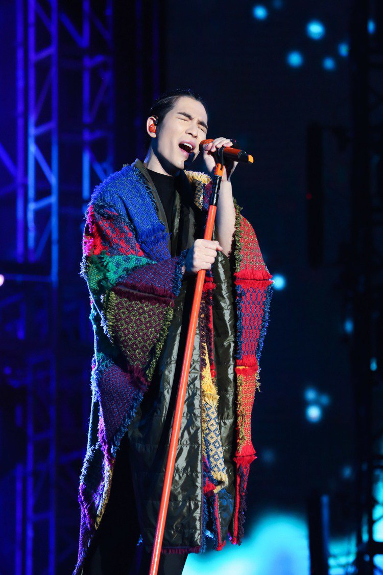 蕭敬騰在浙江紹興的演唱會上,身穿MONCLER Grenoble拼布風斗篷外套。...
