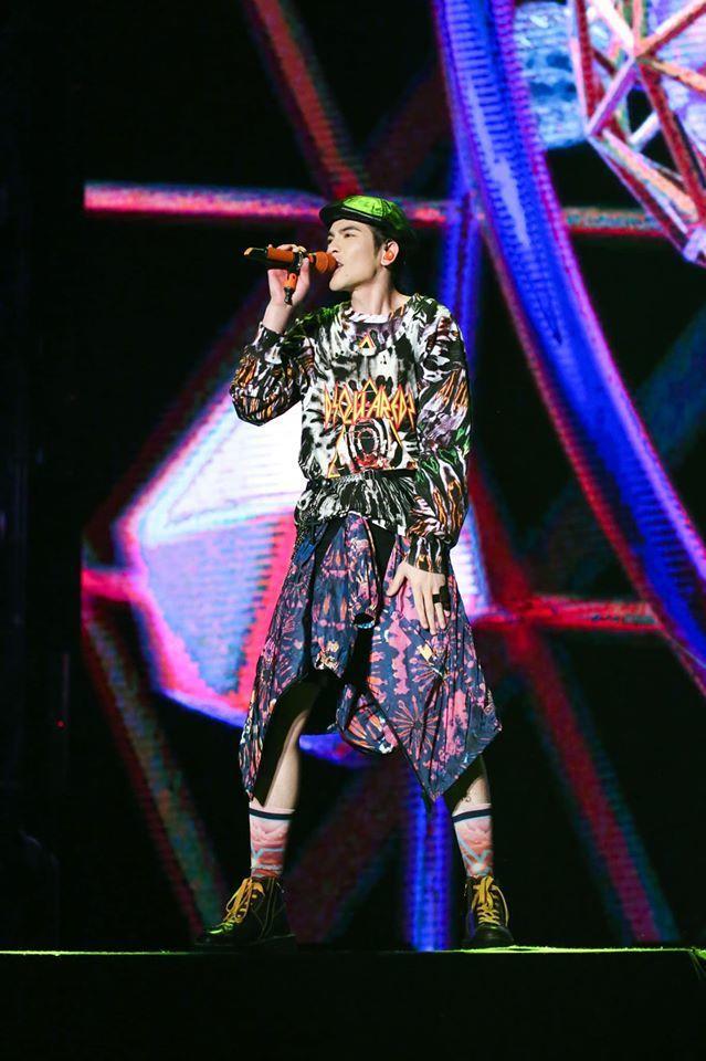 蕭敬騰身上的服裝是DSQUARED2紮染系列。圖/取自臉書