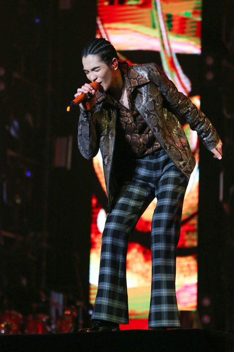 蕭敬騰演繹MICHAEL KORS的Collection秋冬系列,穿出華麗的復古...