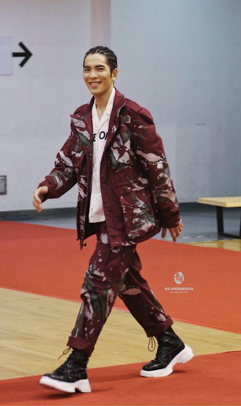 蕭敬騰穿PORTS V 紅色迷彩軍外套14,800元、短袖襯衫 6,980元、褲...
