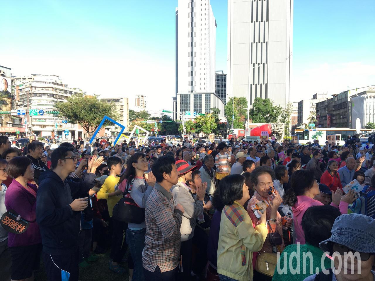 林昶佐今下午在萬華舉辦首場「蔡英文、林昶佐聯合後援會成立大會」,現場擠進近千名民...