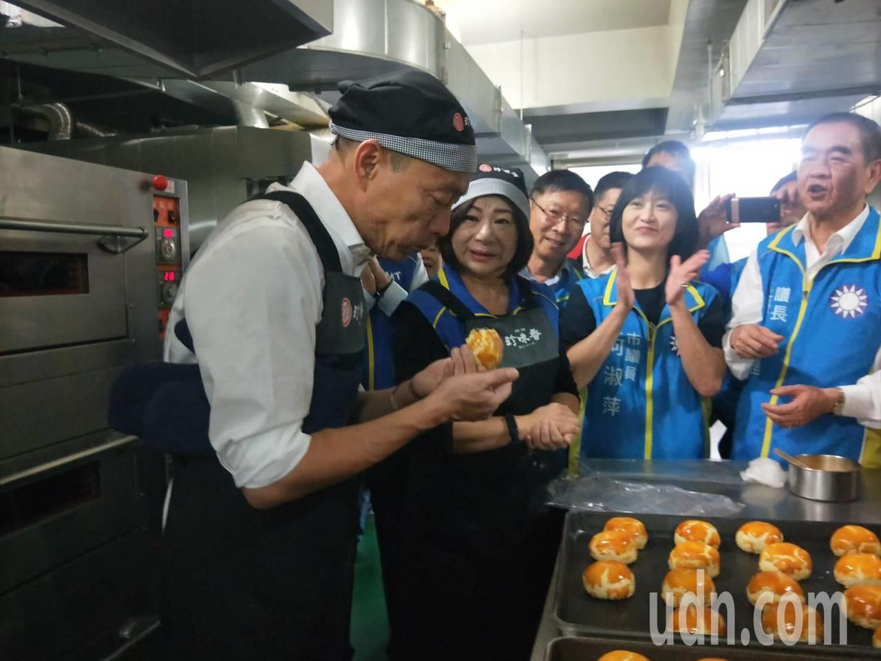 韓國瑜親自做帝王酥說,「有一種很奇妙的感覺」。記者游明煌/攝影