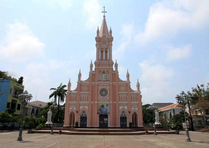 粉紅教堂因為有著夢幻的外觀,也成為峴港的人氣打卡點。圖/Skyscanner
