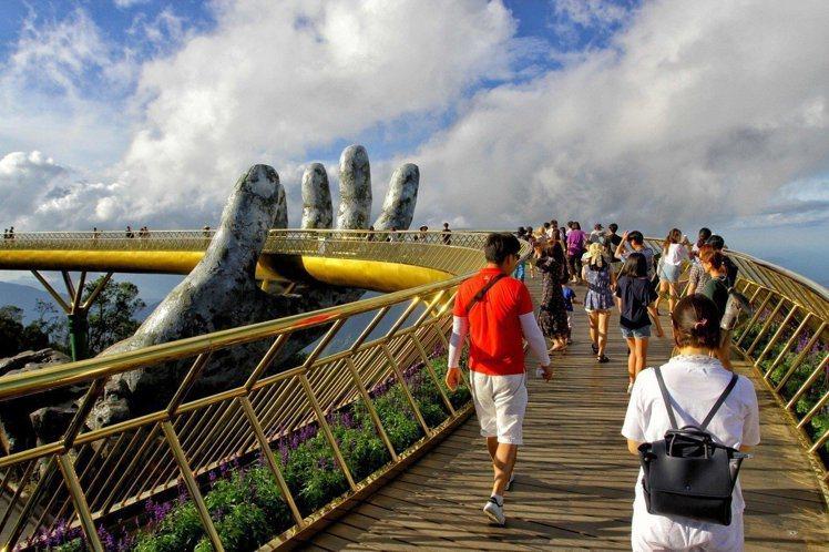 越南在峴港打造巨人之手的天空步道,成為熱門打卡景點。圖/法新社