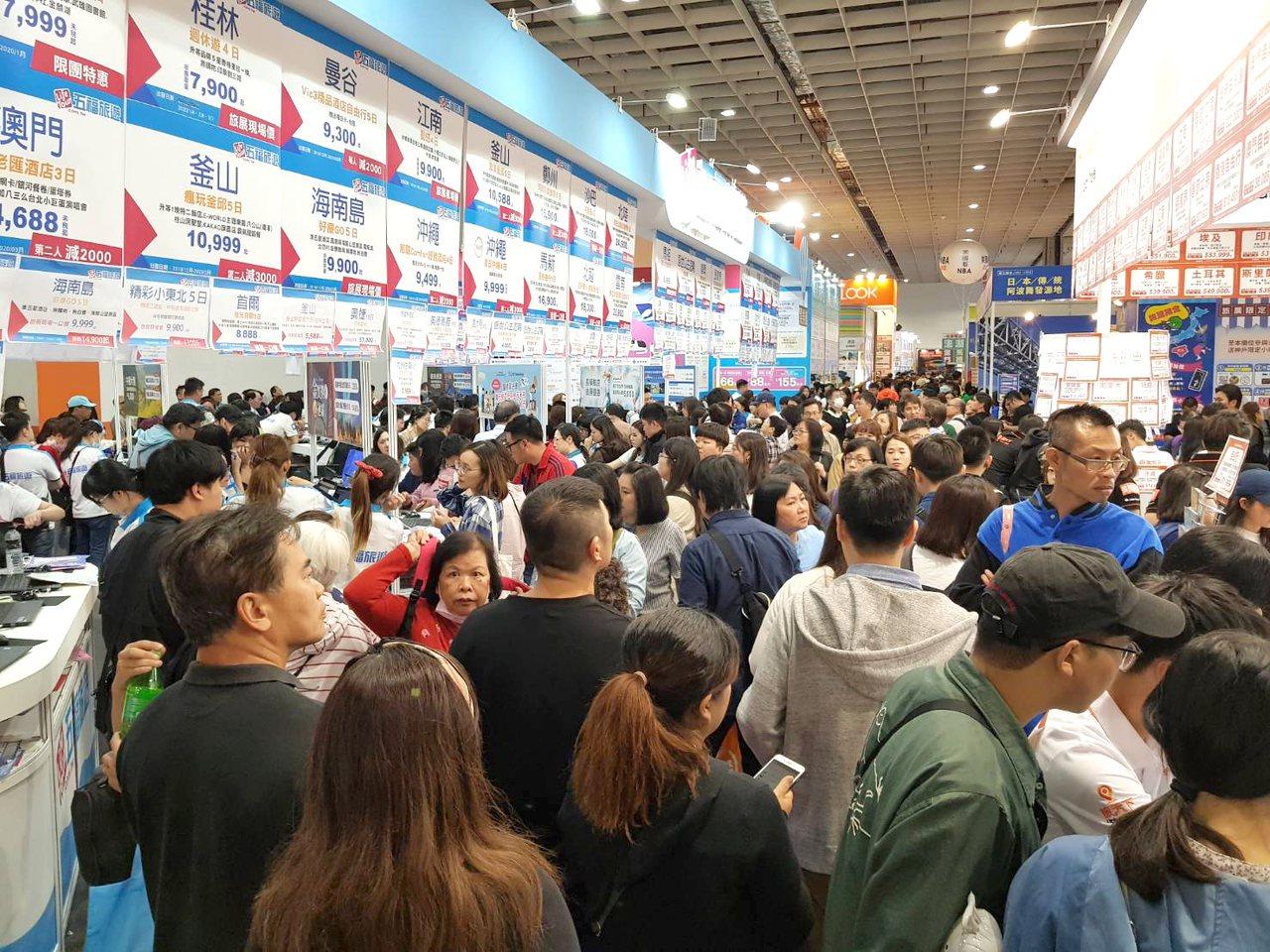 台北國際旅展迎來首個週末假日,湧現逛展人潮。記者陳睿中/攝影