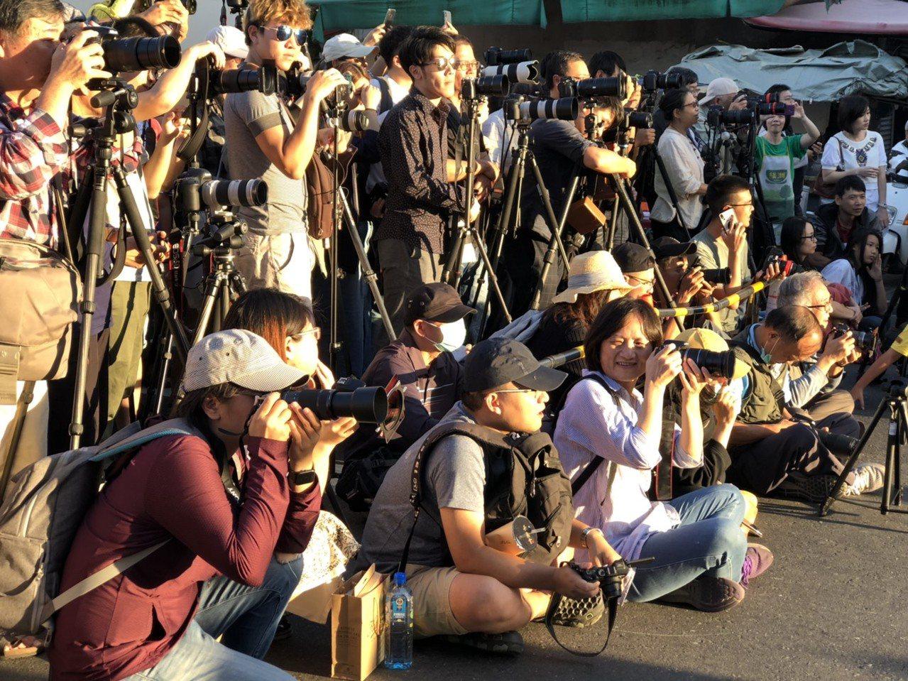 南投市民族路9日出現懸日景觀,市公所傍晚封閉部分路段讓民眾拍照,吸引上千人參與捕...