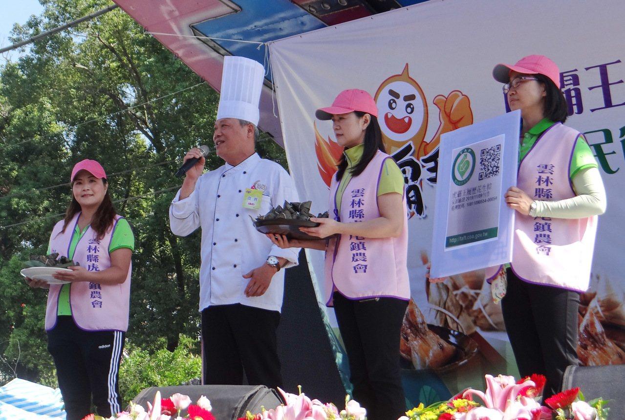 三好飯店主廚說明履歷花生粽的食材與口味。記者蔡維斌/攝影