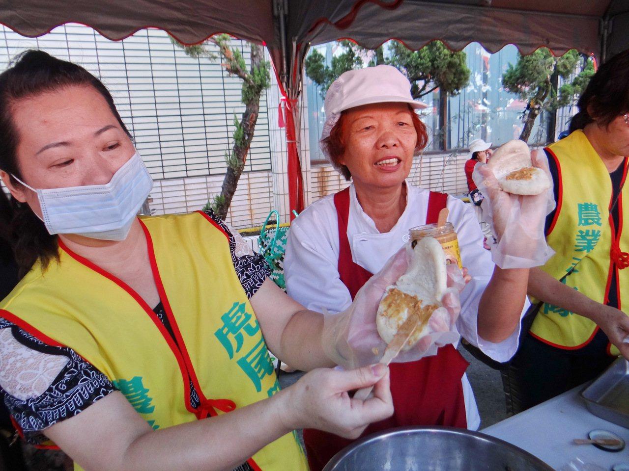 虎尾農會不僅推出履歷粽,家政班媽媽更製作花生刈包,美味可口。記者蔡維斌/攝影