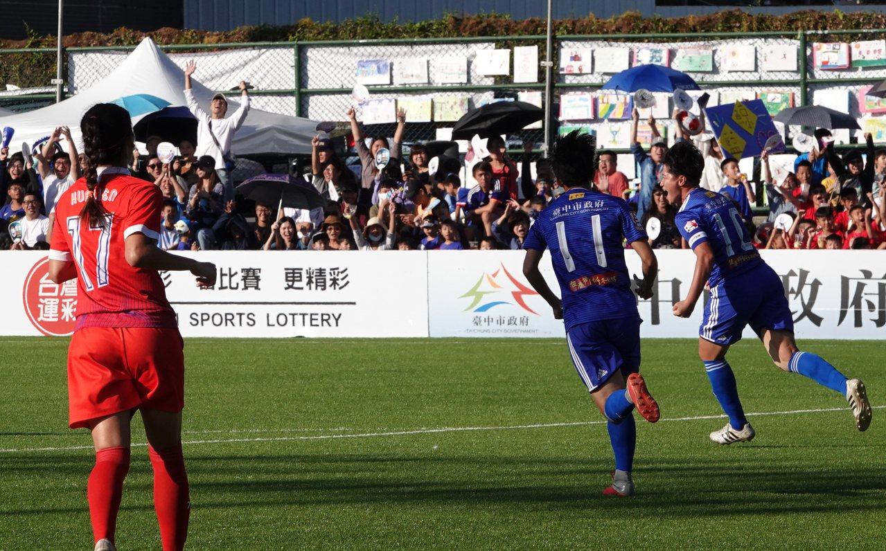 李綉琴(右)進球後與隊友興奮慶祝。記者毛琬婷/攝影