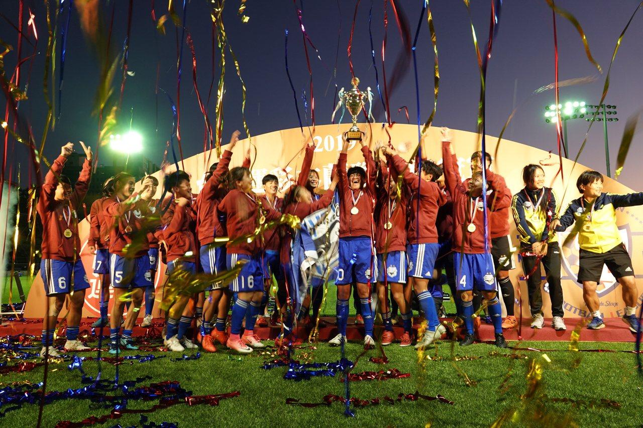台中藍鯨在2019木蘭足球聯賽完成三連霸。記者毛琬婷/攝影