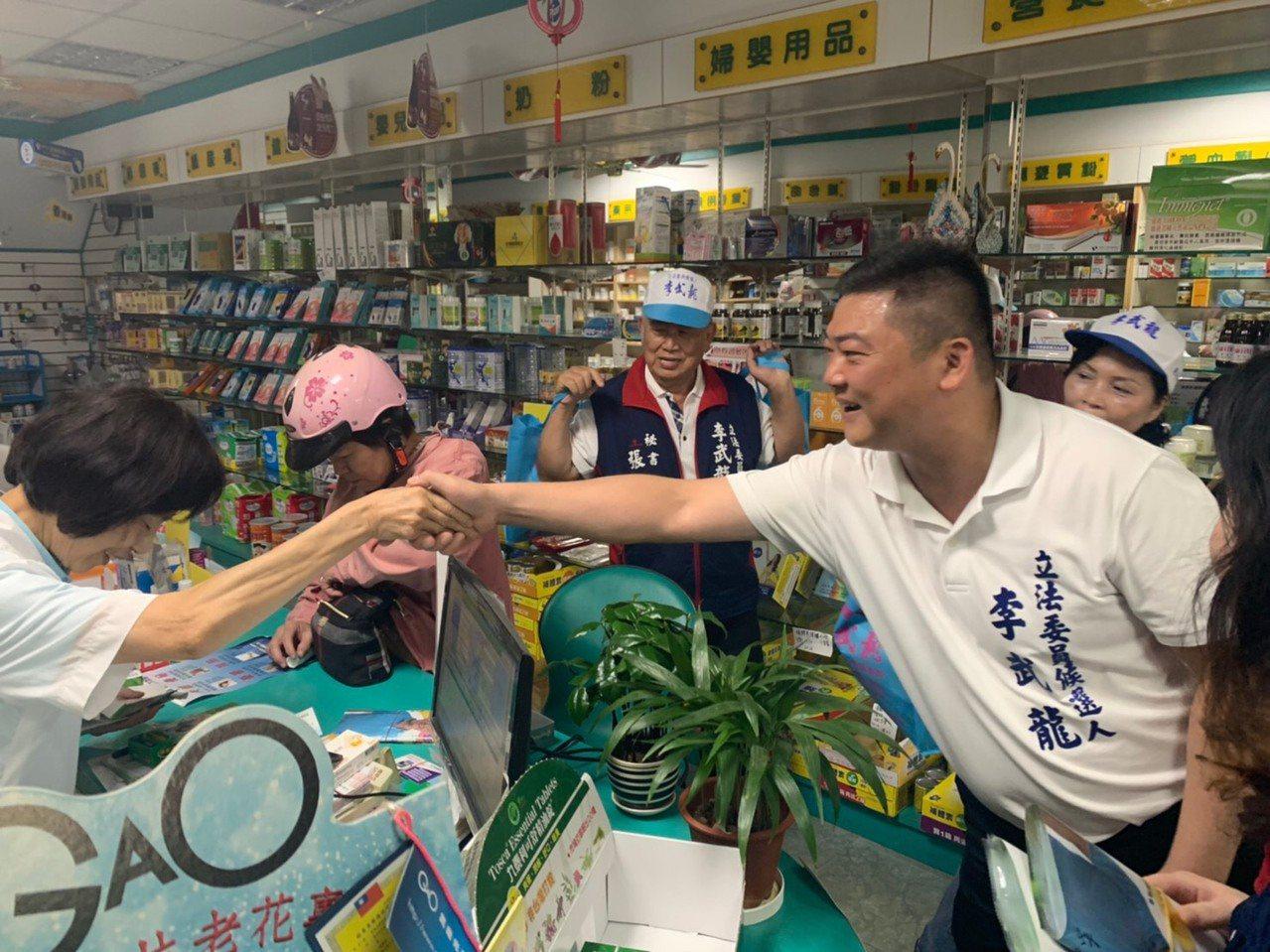 台南市第二選區國民黨立委參選人李武龍今在麻豆掃街拜票。圖/李武龍服務處提供