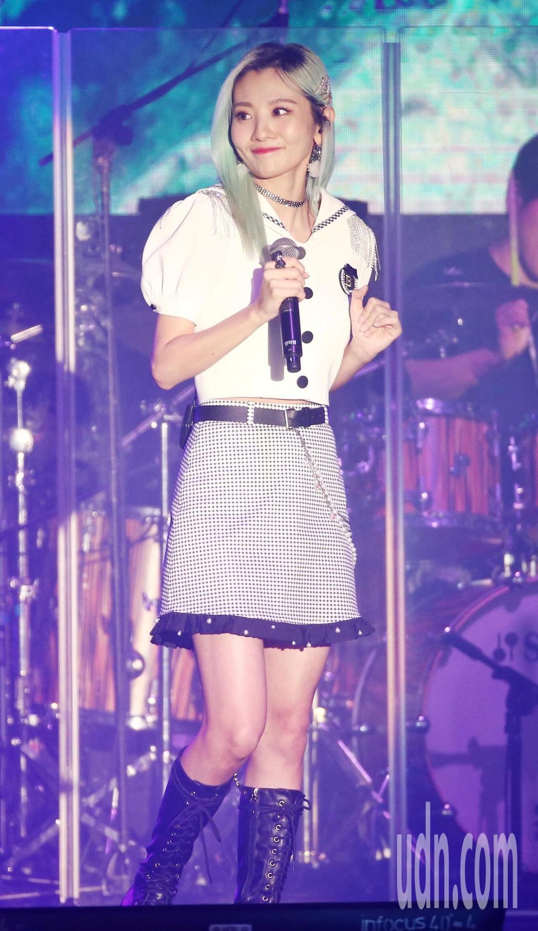 韓國小清新二人女子團體臉紅的思春期於台大綜合體育館舉辦亞洲巡迴演唱會,安智煐演唱