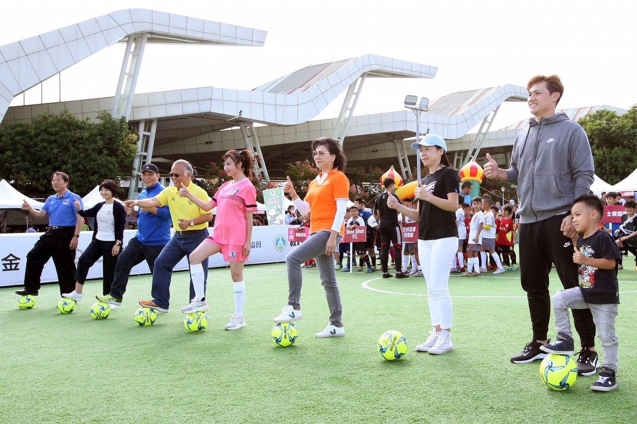 統一獅球星陳鏞基(右)帶著帶著兒子一同參加開球儀式。圖/中華迷你足球協會提供